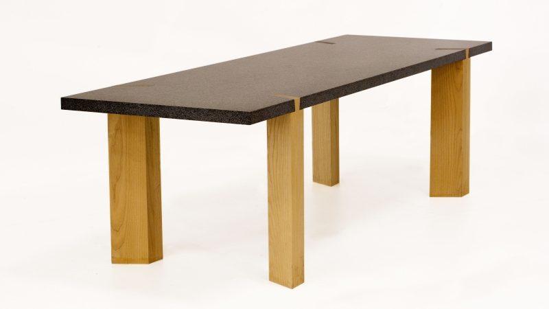 Tafel van steen en hout